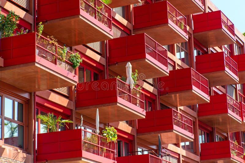 Деталь фасада красного многоквартирного дома стоковое изображение rf