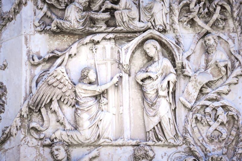 Деталь фасада Duomo Orvieto, Италии Мраморное bas- стоковое фото rf