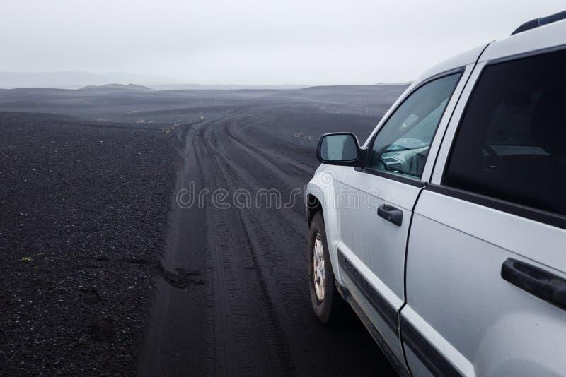 Деталь черной offroad автошины на offroad корабле тележки, построенная для грязных езд, на темной дороге золы стоковые изображения rf