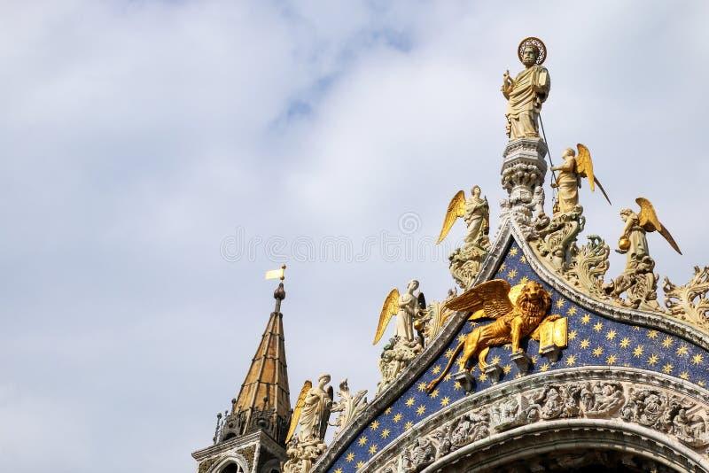 Деталь щипца St Mark & x27; базилика s в Венеции, Италии стоковые фотографии rf