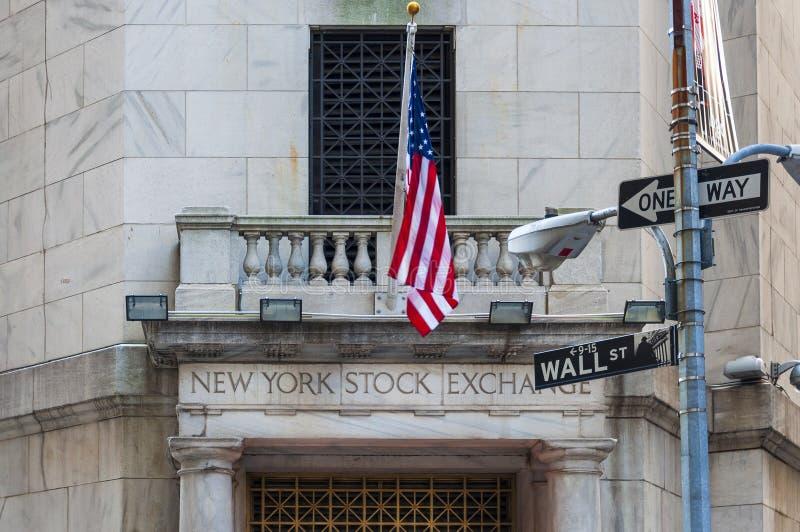 Деталь facede нью-йоркская биржа в Уолл-Стрите, Нью-Йорке стоковые изображения