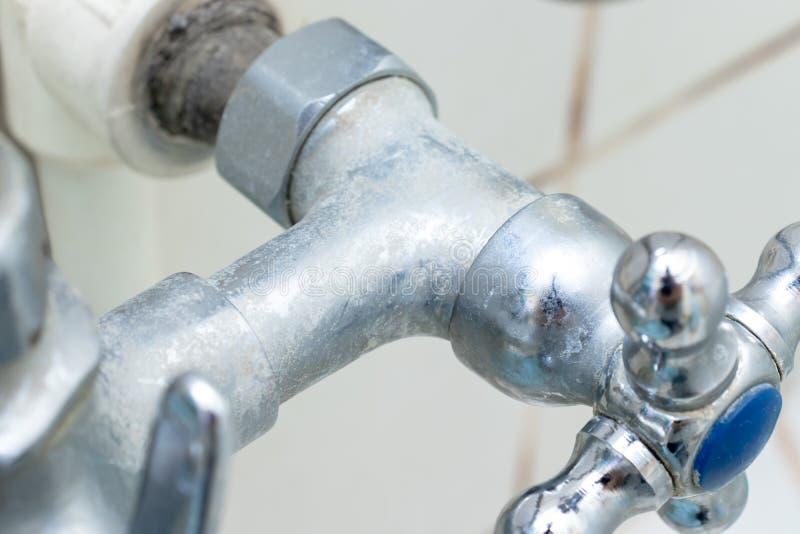 Деталь faucet с масштабом limescale или известки на ем, грязного обызвествлянного и ржавого крана смесителя ливня, конца вверх стоковое фото