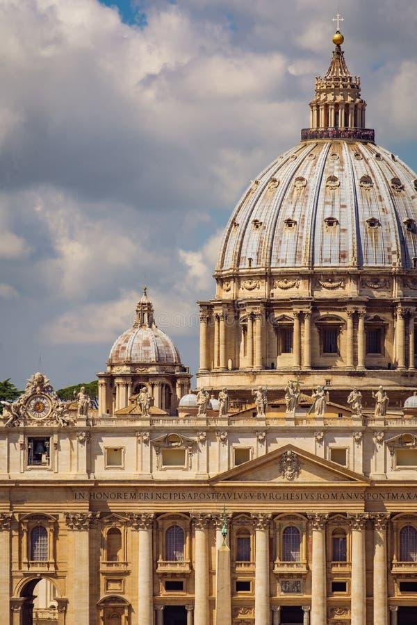 Детализируйте взгляд базилики St Peters в государстве Ватикан, Риме стоковое фото rf