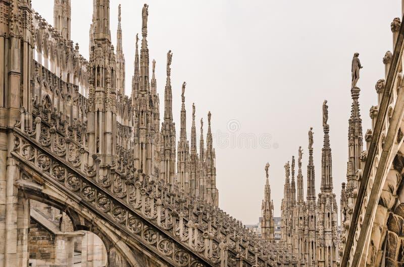 Детализируйте взгляд каменных скульптур на крышах Duomo Милана стоковое фото