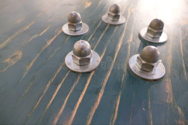 Детализируйте винты od круглые на столе таблицы стоковая фотография rf