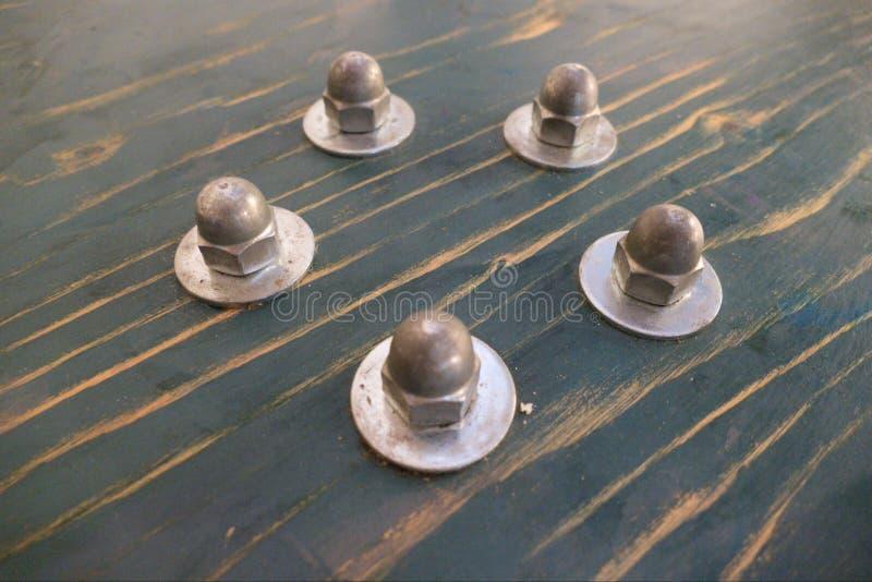 Детализируйте винты od круглые на столе таблицы стоковое фото rf