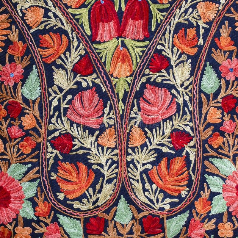 Детализируйте handmade шаль pashmina с чувствительной вышивкой на внешнем рынке ремесел в Катманду, Nepa стоковая фотография
