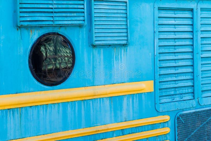 Детали старого электрического локомотивного тела Круглое окно, выкрикивает стоковая фотография rf