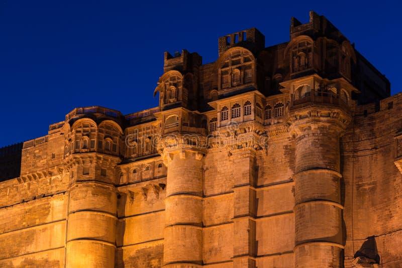 Детали форта Джодхпура загоренные на сумерк Величественный форт садился на насест на верхней части преобладая голубой городок Сце стоковые изображения