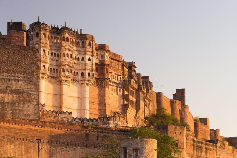 Детали форта Джодхпура на заходе солнца Величественный форт садился на насест на верхней части преобладая голубой городок Сценарн стоковое фото rf