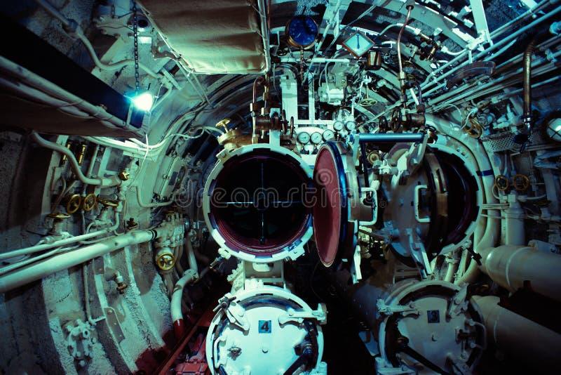 Детальный взгляд комнаты торпедо в подводной лодке стоковое фото rf