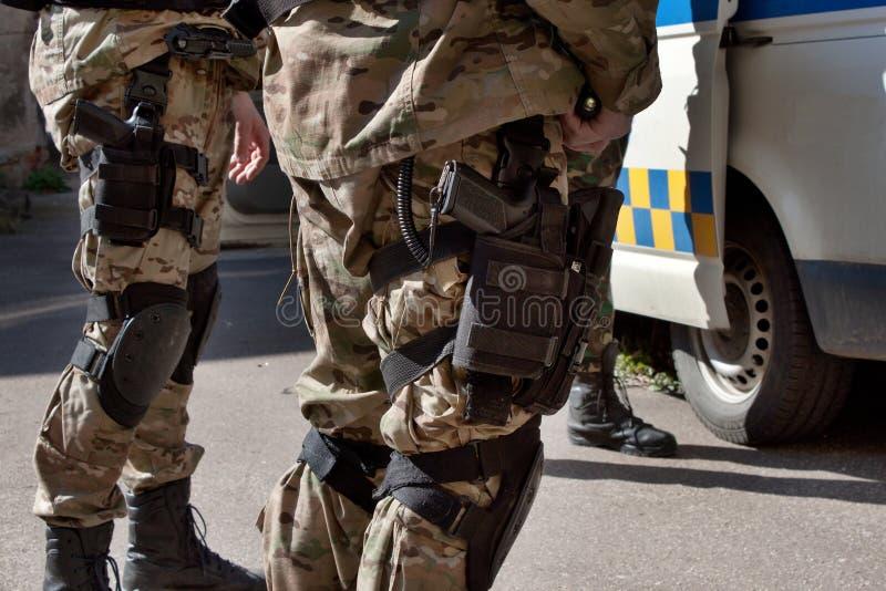 Детальный взгляд на оружие в случае, специальном отряде полиций стоковая фотография