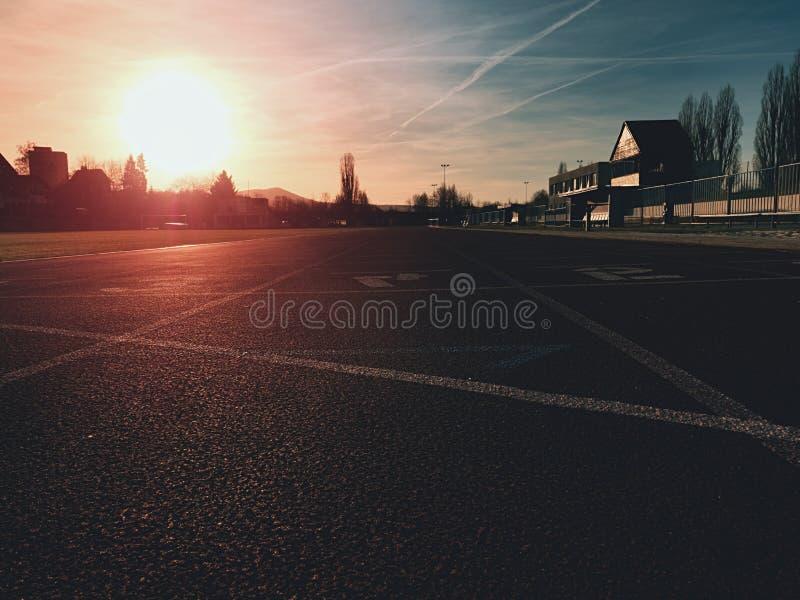Детальный идущий след на стадионе спорта Закройте вверх по красной беговой дорожке стоковые изображения