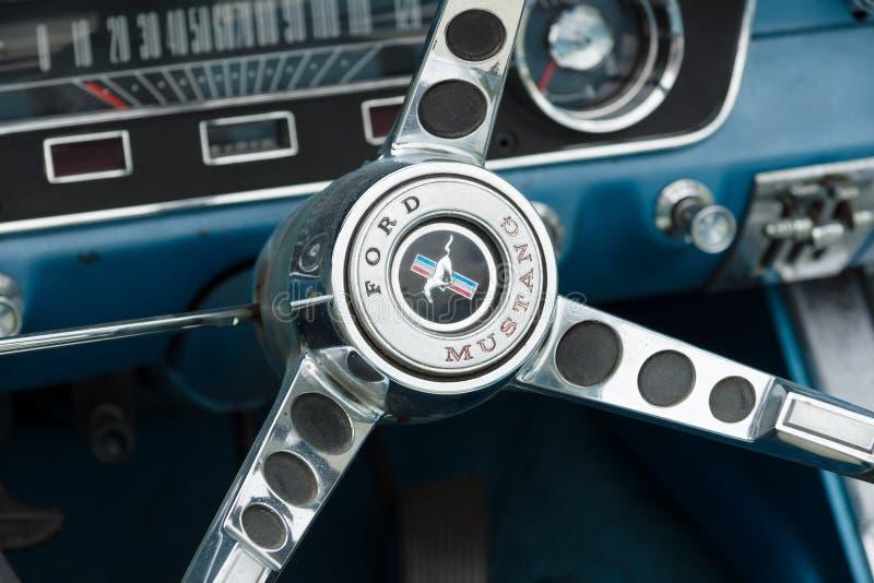 Деталь автомобиля с откидным верхом Ford Мustang автомобиля спорт рулевого колеса стоковые фотографии rf