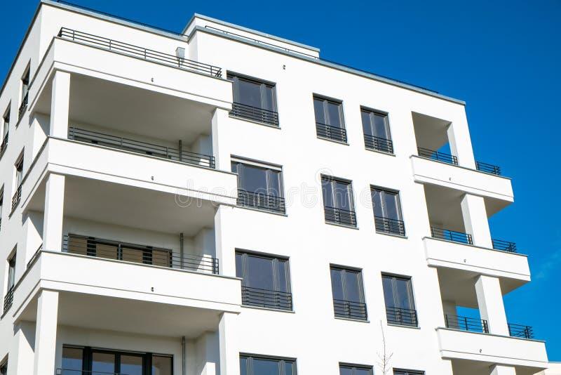 Деталь белого таунхауса в Берлине стоковое изображение rf