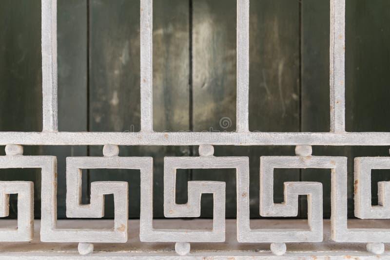Деталь белой решетки окна стоковые изображения