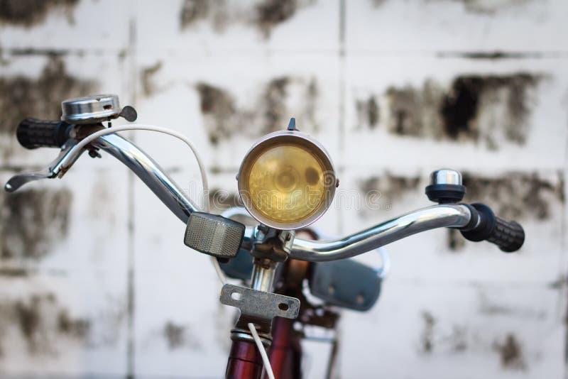 Деталь винтажного HandleBar велосипеда с текстурой предпосылки стоковое фото rf