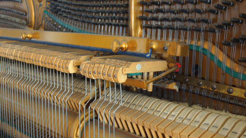 Деталь внутренней деятельности античного рояля стоковое фото