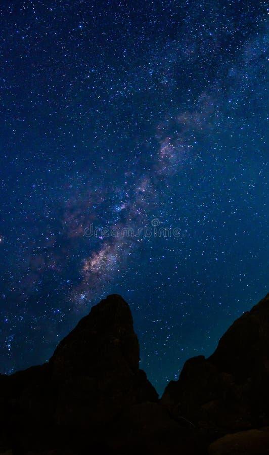 Деталь галактики млечного пути над горой, photogra долгой выдержки стоковые изображения rf