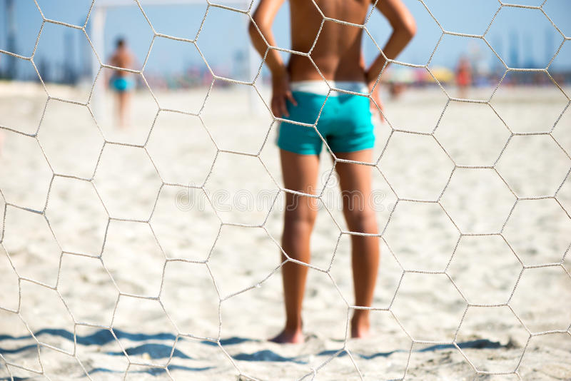 Деталь детей играя футбол пляжа взгляд за целью стоковая фотография rf