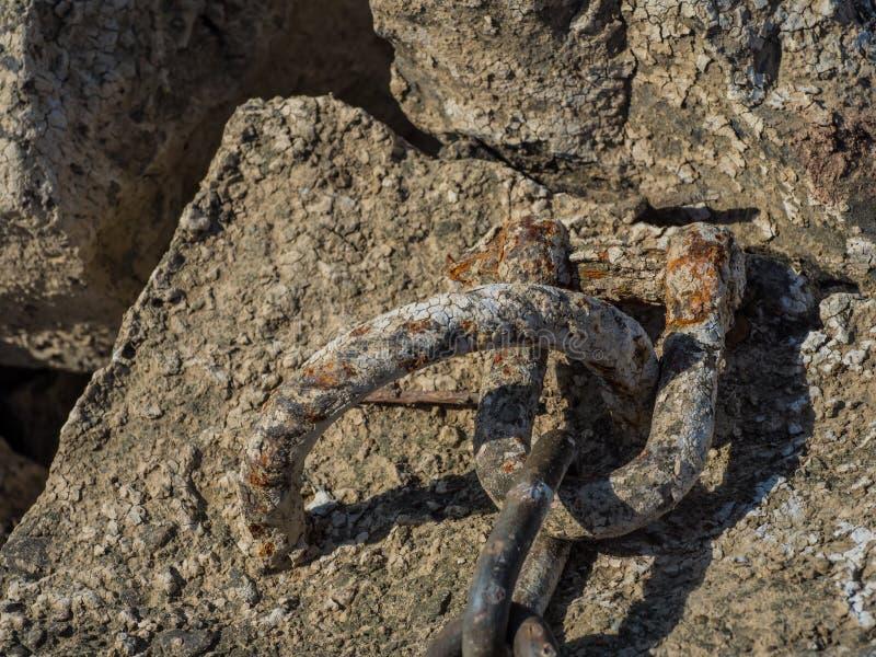Деталь заржаветой анкерной цепи стоковое фото