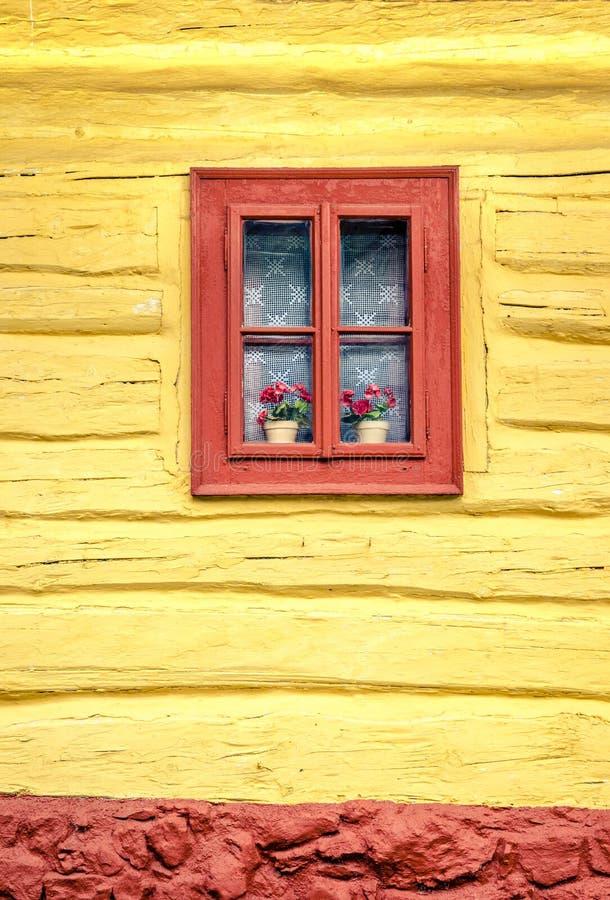 Деталь конца-вверх красочного окна на деревянном коттедже стоковые фото