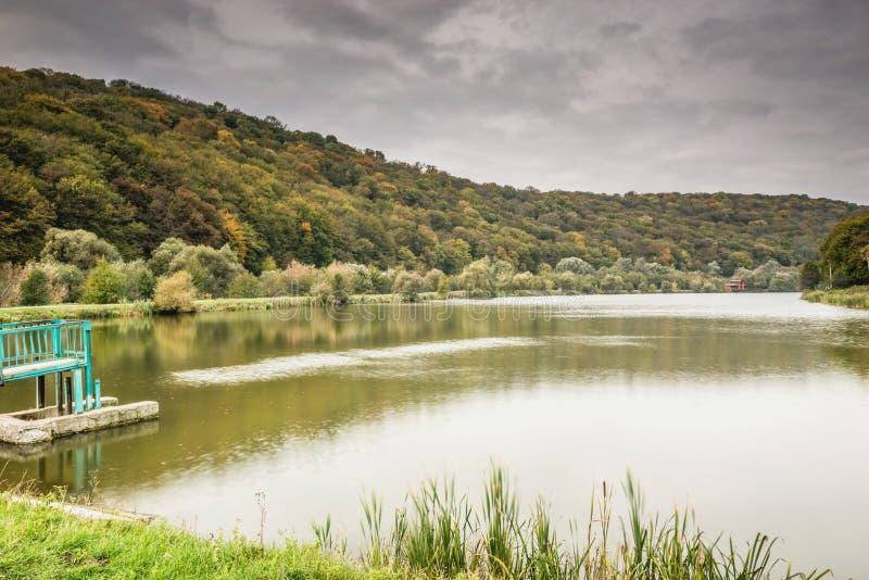Деталь красивого озера в горах стоковые изображения