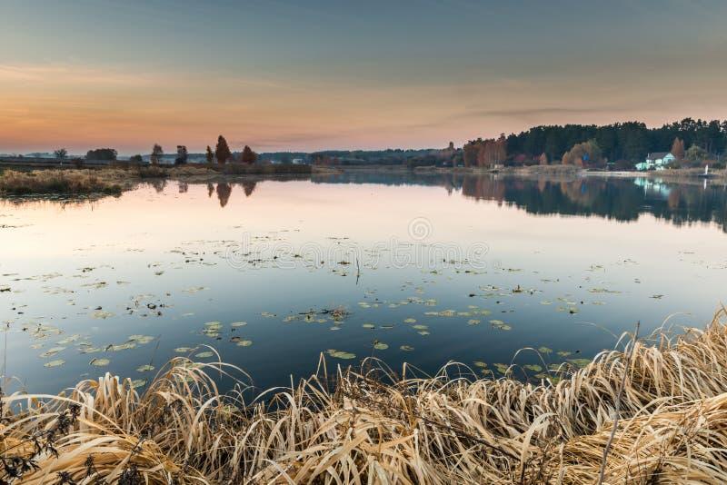Деталь красивого озера на заходе солнца стоковая фотография rf