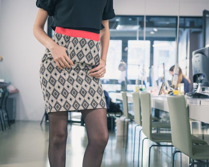 Деталь красивой молодой женщины представляя в офисе стоковое изображение rf
