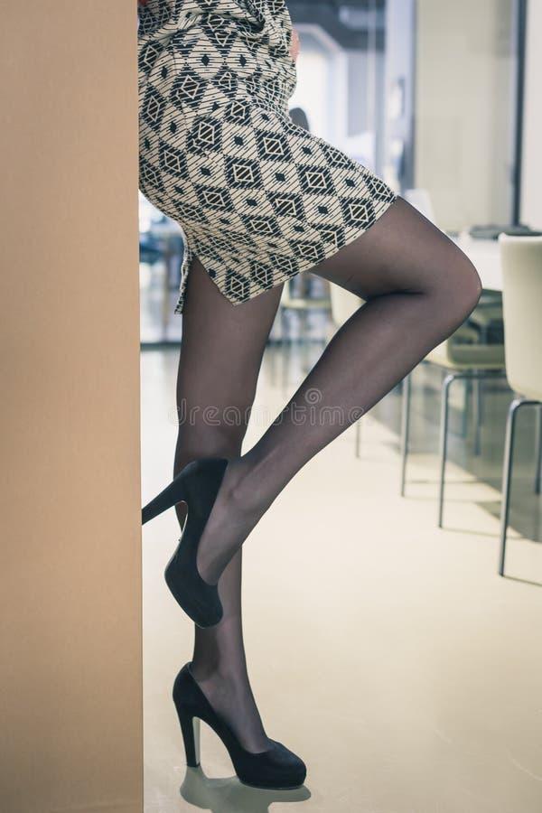 Деталь красивой молодой женщины представляя в офисе стоковые фотографии rf