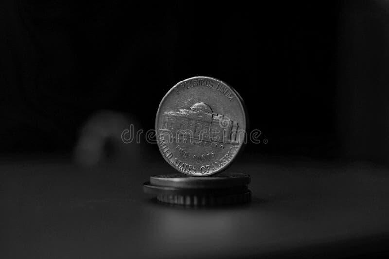 Деталь макроса в черно-белом американской монетки 5 центов американского доллара, USD на верхней части столбца созданной монеток стоковые фотографии rf