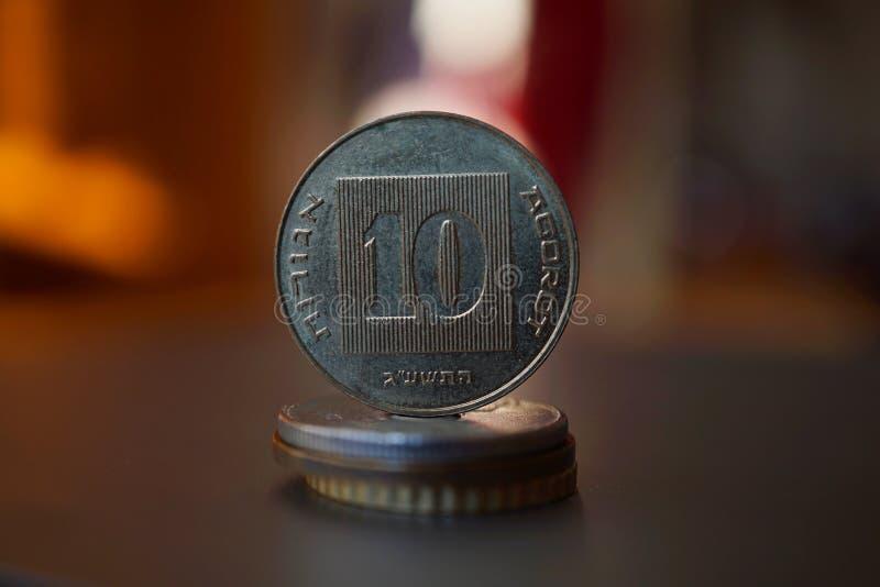Деталь макроса монетки металла израильских & x28; 10 шекелей, 10 ILS& x29; на верхней части столбца созданной монеток стоковые изображения