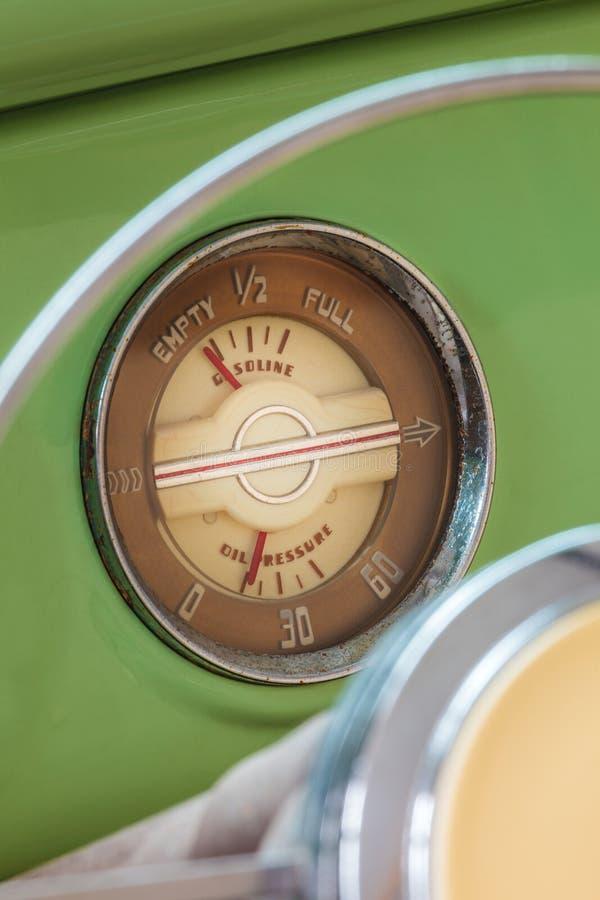 Деталь приборной панели классицистического автомобиля fourties стоковое фото