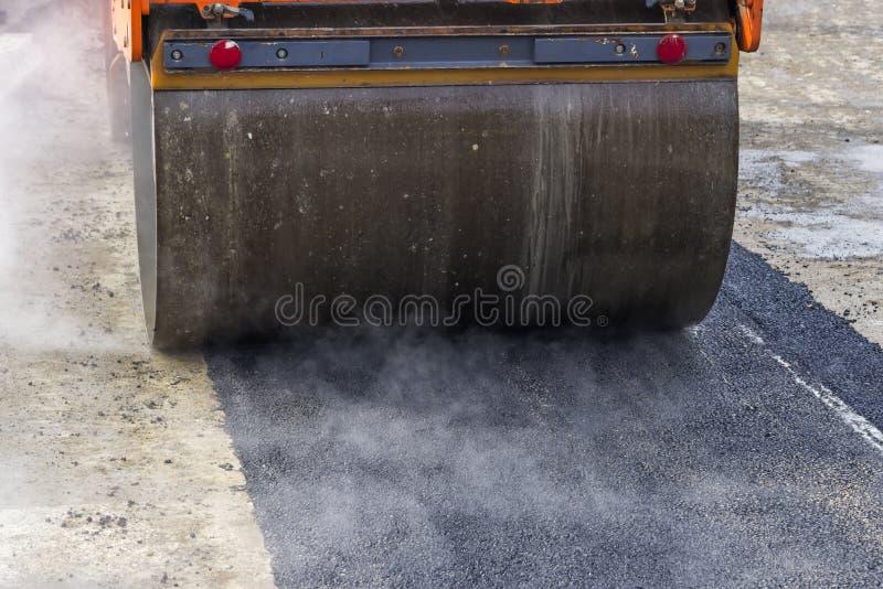 Деталь ролика дороги во время работ 2 асфальта латая стоковые фото