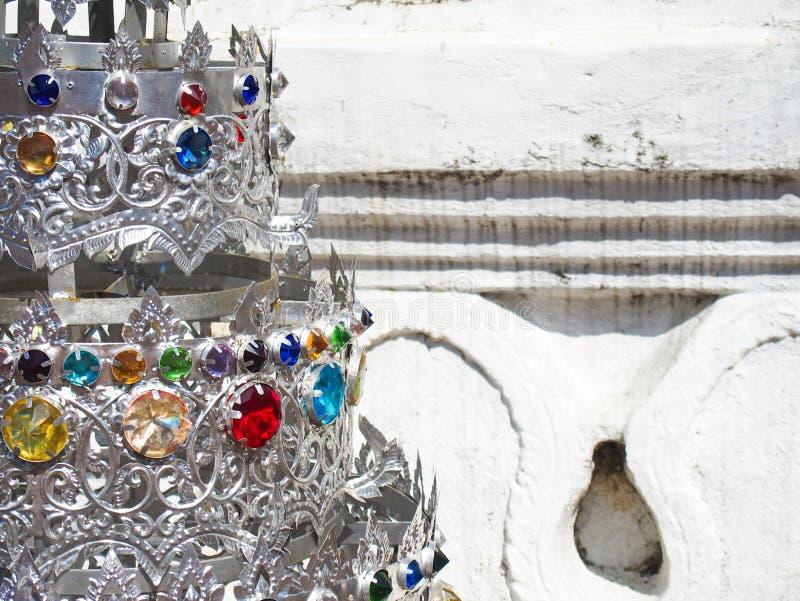 Деталь серебряного Stupa с драгоценными камнями в Чиангмае Таиланде стоковое фото