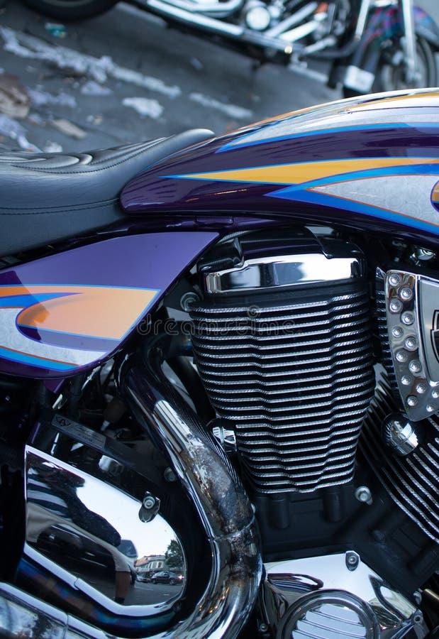 Деталь сияющих цилиндра и двигателя хрома на стиле Moto крейсера стоковая фотография