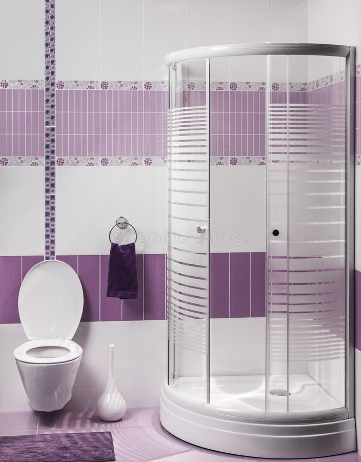 Деталь современного интерьера ванной комнаты с роскошным ливнем и труженичеством стоковое фото