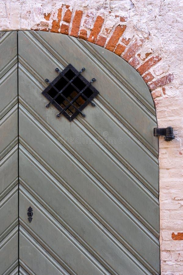 Деталь старой двери в красной кирпичной стене стоковые изображения