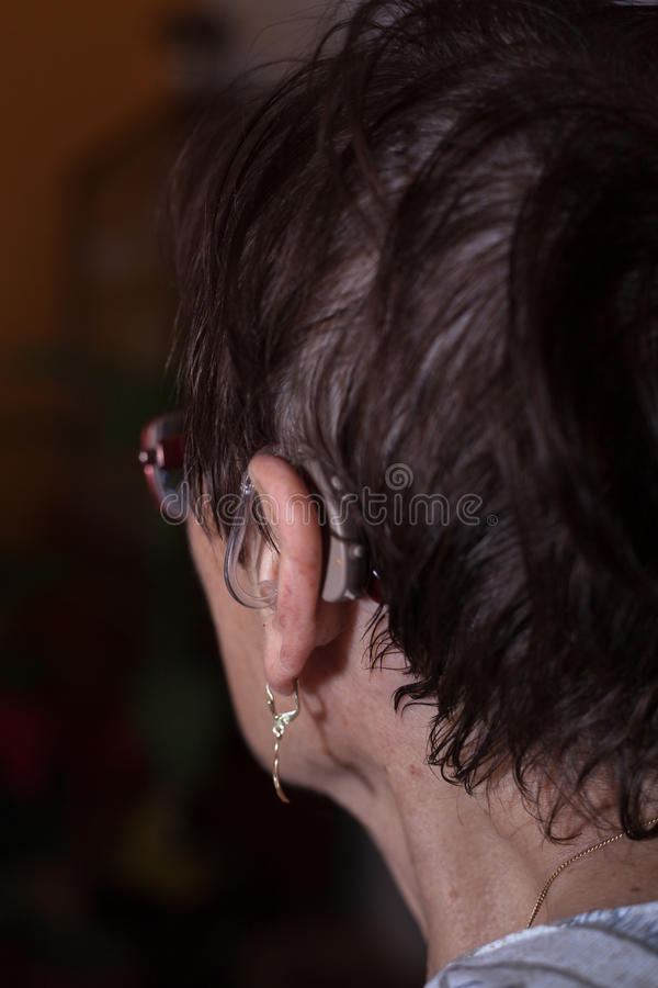 Деталь старшей женщины с глухой помощью стоковое изображение rf