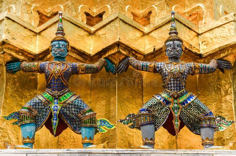 Деталь статуй в грандиозном виске дворца, Бангкоке стоковое фото rf