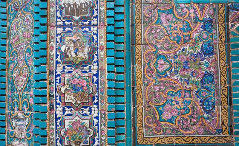 Деталь стены старой иранской мечети с мозаиками и крыть черепицей черепицей частями в персидском стиле, Kermanshah, Ираном стоковая фотография rf