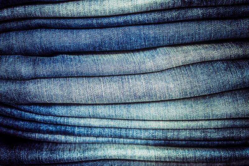 Деталь стога голубых джинсов с селективным фокусом стоковые фотографии rf