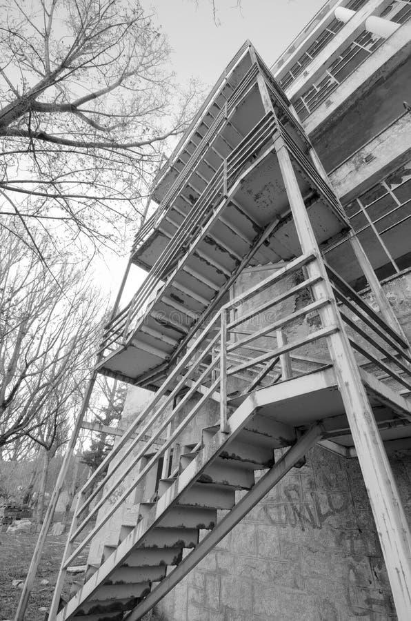 Деталь страшных лестниц в покинутом здании стоковое фото rf