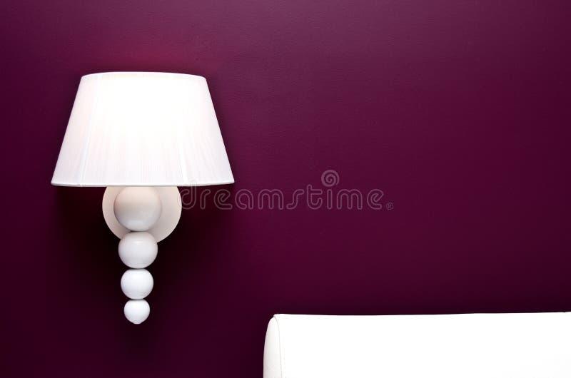 Светильник и пурпуровая стена стоковая фотография rf