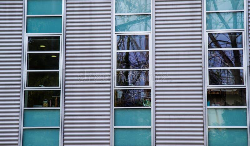 Деталь фасада современного здания стоковая фотография rf