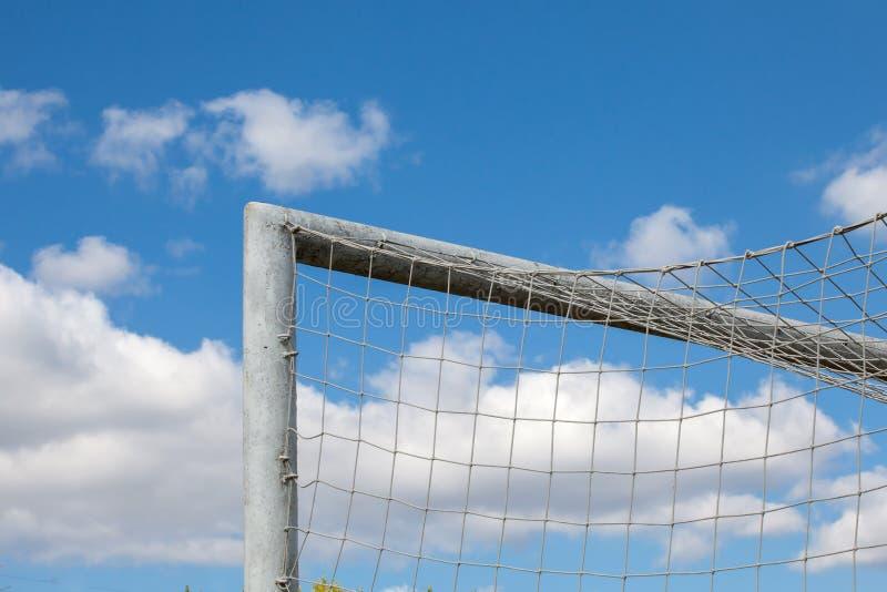 Деталь цели футбола? объявление красивое голубое небо стоковое изображение