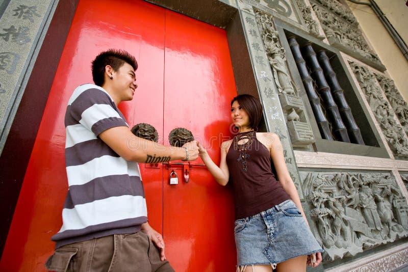 детеныши азиатских пар любя стоковые фото