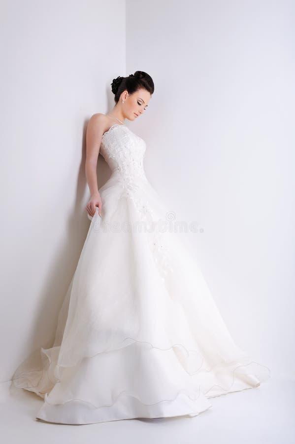 детеныши белизны платья невесты красотки стоковая фотография