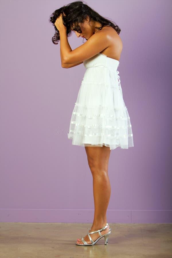 детеныши белой женщины красивейшего платья этнические стоковые изображения rf