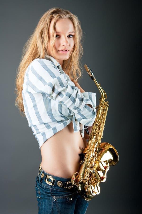 детеныши белокурого милого саксофона чувственные сексуальные стоковые изображения